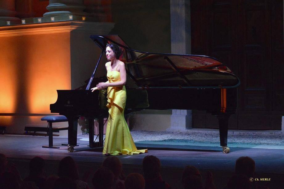 Rageuse, bagarreuse, arc-boutée sur son clavier, la pianiste a dominé les danses de Petrouchka de Stravinsky.