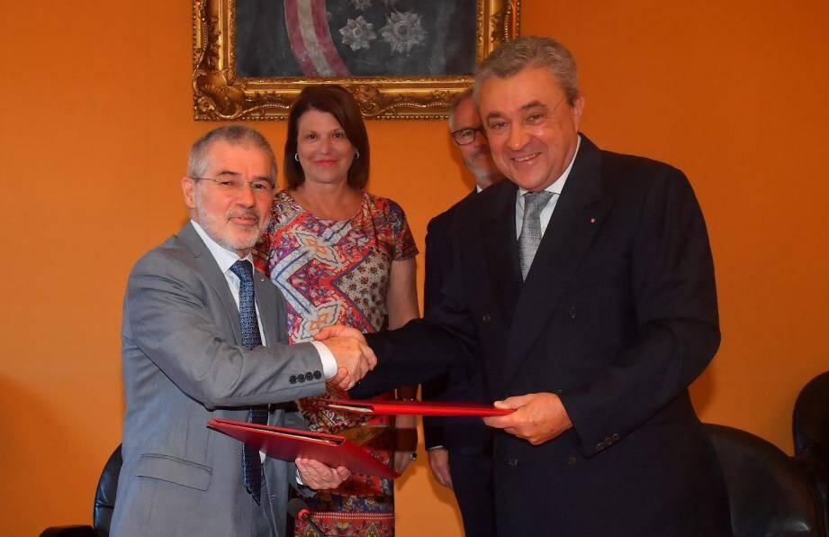 Patrice Cellario, conseiller de gouvernement-ministre de l'Intérieur, a signé le renouvellement de l'accord, en présence de Michel Gramaglia, consul honoraire de Maurice à Monaco.