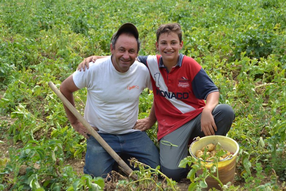 Tanguy et Christian Pierrisnard devant les premières récoltes de la saison.