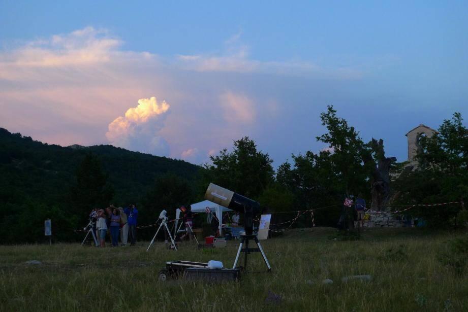 Nuit des étoiles devant la chapelle Saint-Julien et les télescopes de la Spica. (DR)