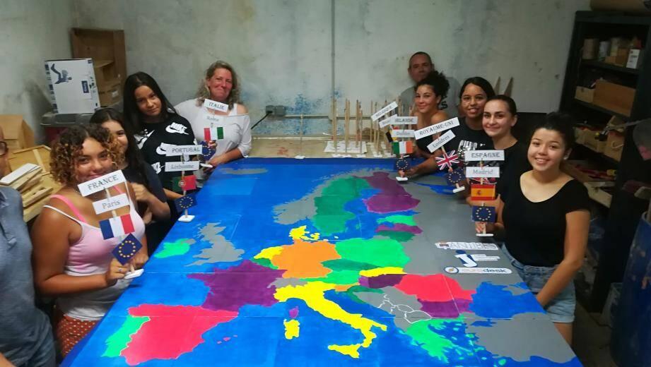 Des jeunes volontaires ont créé ce jeu géant, le Puzzl'Europe