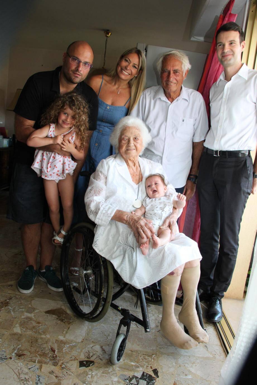 Germaine Desmoulins a fêté ses 102 ans entourée de ses proches (DR)