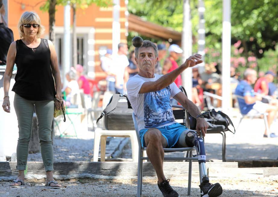 C'est à l'ombre des mûriers du club La Boule du Château que se tient le Mundial de pétanque assise. Le tournoi des boules carrées se déroule lui dans les ruelles (très) pentues du Haut-de-Cagnes.