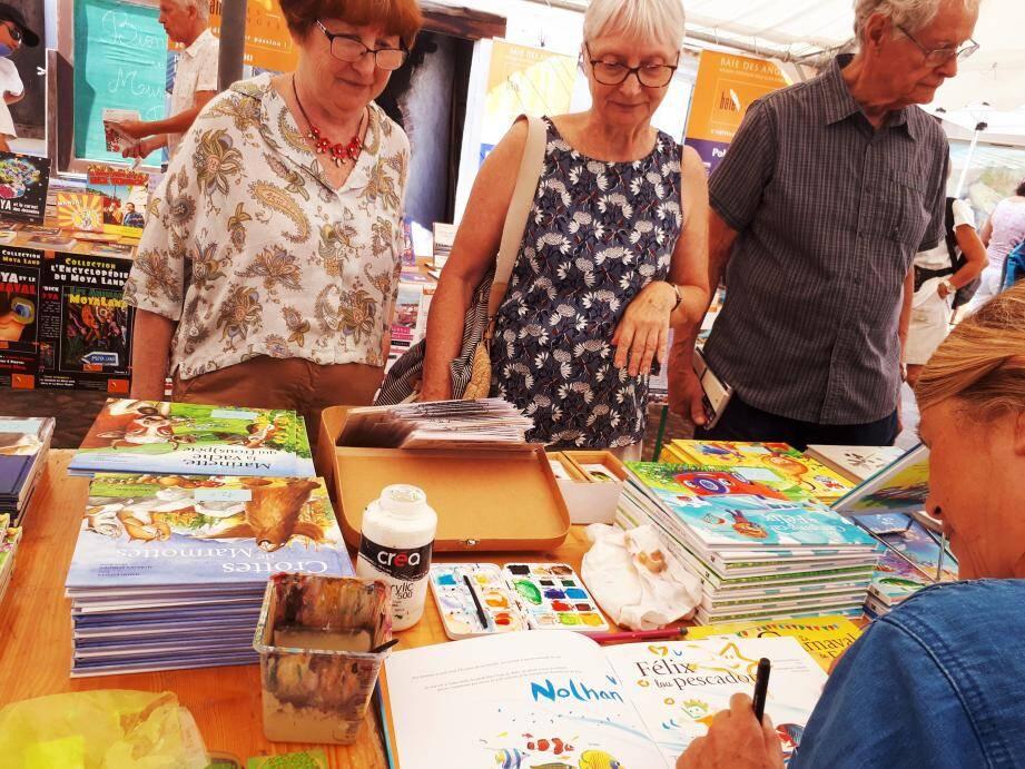 Séance dédicace au stand de Cat Caroff avec personnalisation du livre au prénom de l'enfant.