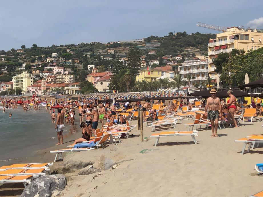 Sur la Riviera italienne, les prix varient d'une plage et d'une commune à l'autre, mais il n'en reste pas moins qu'ils sont plus bas que sur la Riviera française.