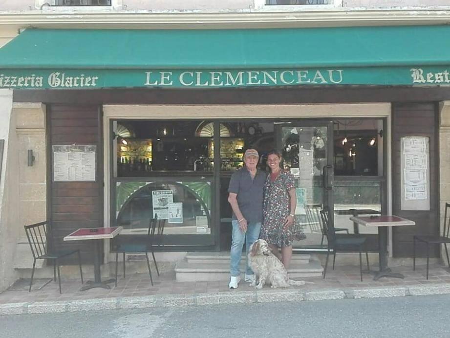 À Vence, « Le Clemenceau », ancien « Central bar », est une véritable histoire de famille. À gauche, Sophie, nouvelle gérante, avec son père Jean-Marie, qui a géré l'établissement pendant 40 ans.