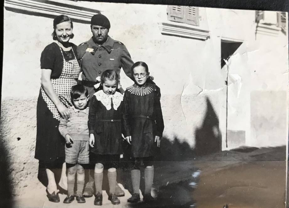 Nino avec sa femme Antoinette et ses trois enfants : Raoul, Anna-Liliane Muguette à droite et au centre Alice, la maman de Dominique. Photo prise à Aspremont avant 1943. Le père de Nino, Orlando, était le patron de « l'Auberge d'Aspremont ».  À droite, l'amie de Nino qui l'accompagnait le 28 août 1944 pour Sospel. C'est elle, Marie-Rose Joséphine Languasco née Bremond, qui a rapporté les dernières paroles de Nino. Elle pose, ici, avec le camion du Résistant.