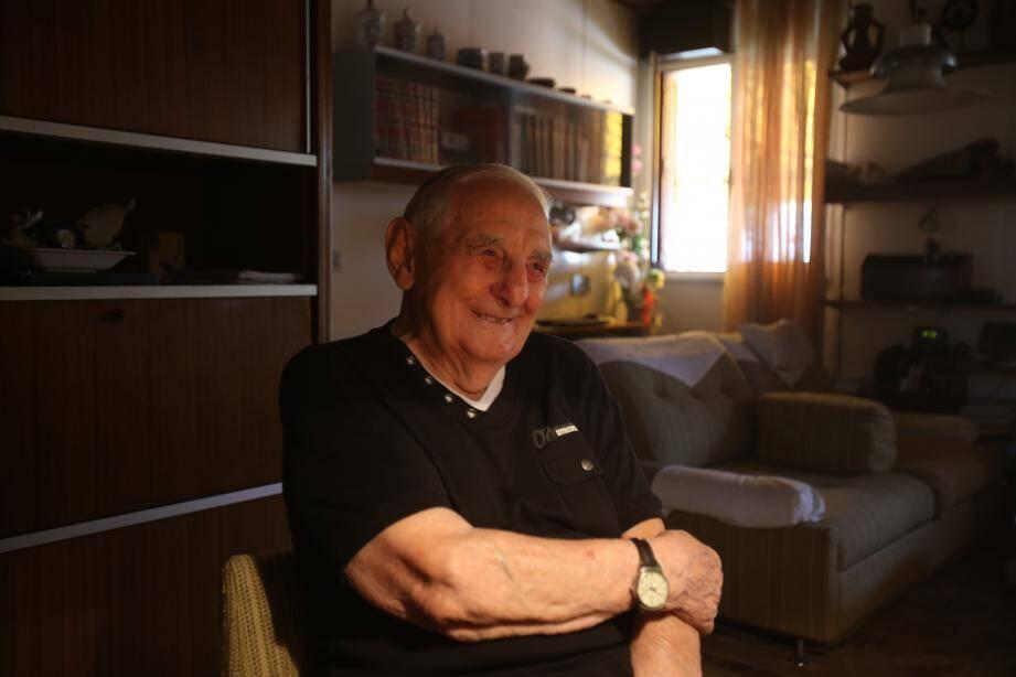 Joseph Lavalle habite toujours à Saint-Roch, le quartier de son enfance. Il vit entouré de tous ses souvenirs.