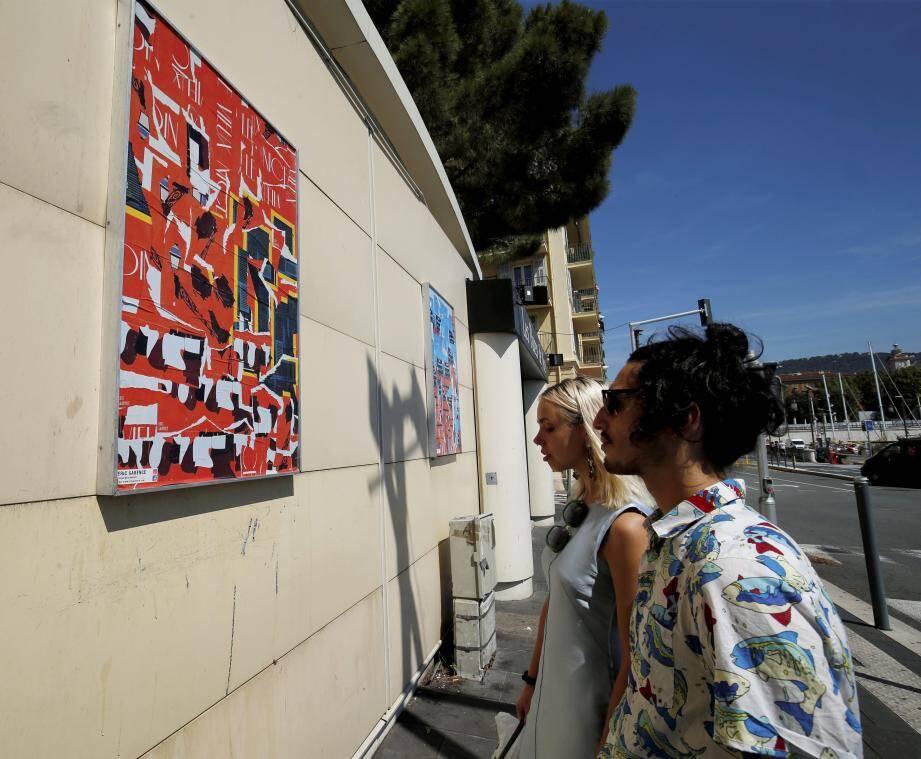 Quai Lunel, les œuvres d'Eric Garence s'affichent dans la rue.