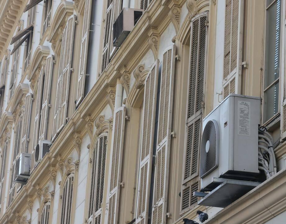 La pose d'un élément extérieur sur façade donnant sur une rue est interdite.