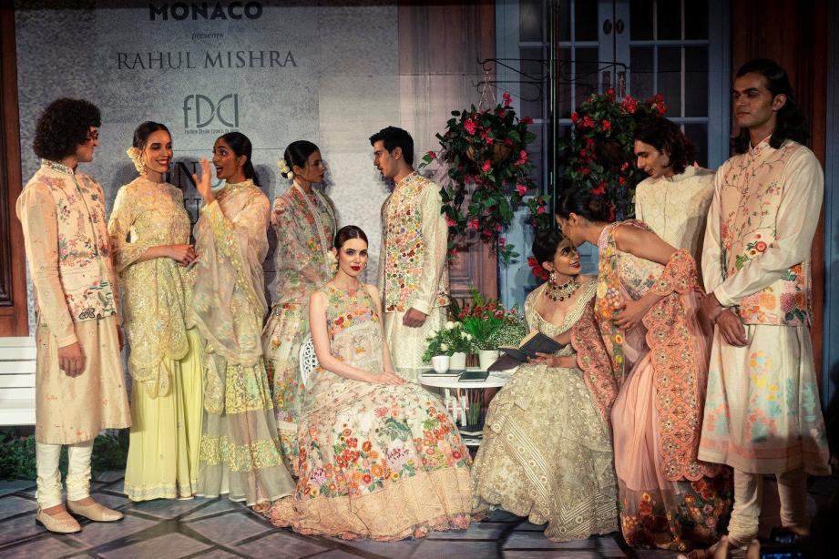 Le styliste indien Rahul Mishra présenté une collection dédiée et inspirée par la Principauté lors de la Fashion week 2019 de Bombay.(DR)