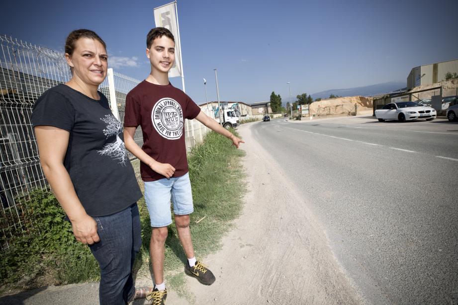 Le 7 septembre 2018, à 21 heures, Lilian a été percuté à cet endroit (photo ci-dessous) par une voiture sur le chemin de La Levade, une route de 6 m de large limitée à 50 km/h. Un an après, il lutte toujours pour se rétablir. En médaillon : les fleurs de la marche blanche du 2 août.