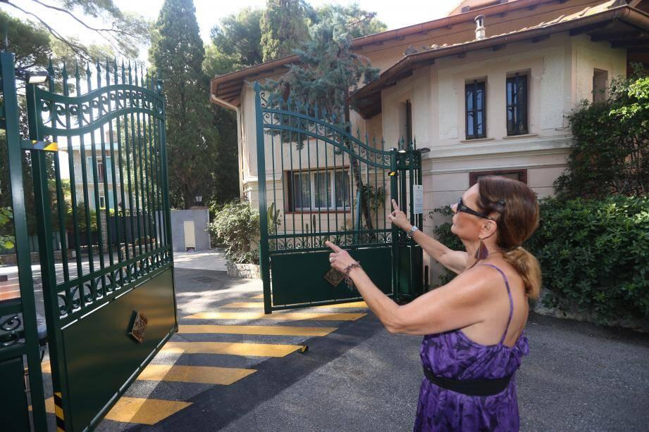 « Pour réaliser les travaux sur la façade, arroser les jardinières ou simplement accéder à une partie de notre maison, nous sommes obligés de passer par ce portail », déplore la propriétaire de la villa.