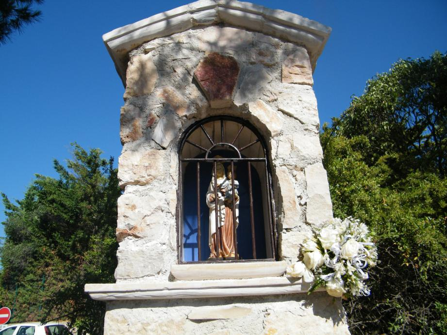 Chaque 15 août, la vierge en bois peinte, offerte à la chapelle par Jacques et Jacqueline Cessin, est exceptionnellement sortie de son abri.