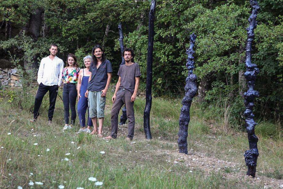 Les artistes devant leurs sculptures de la ferme de Bertrik.(DR)