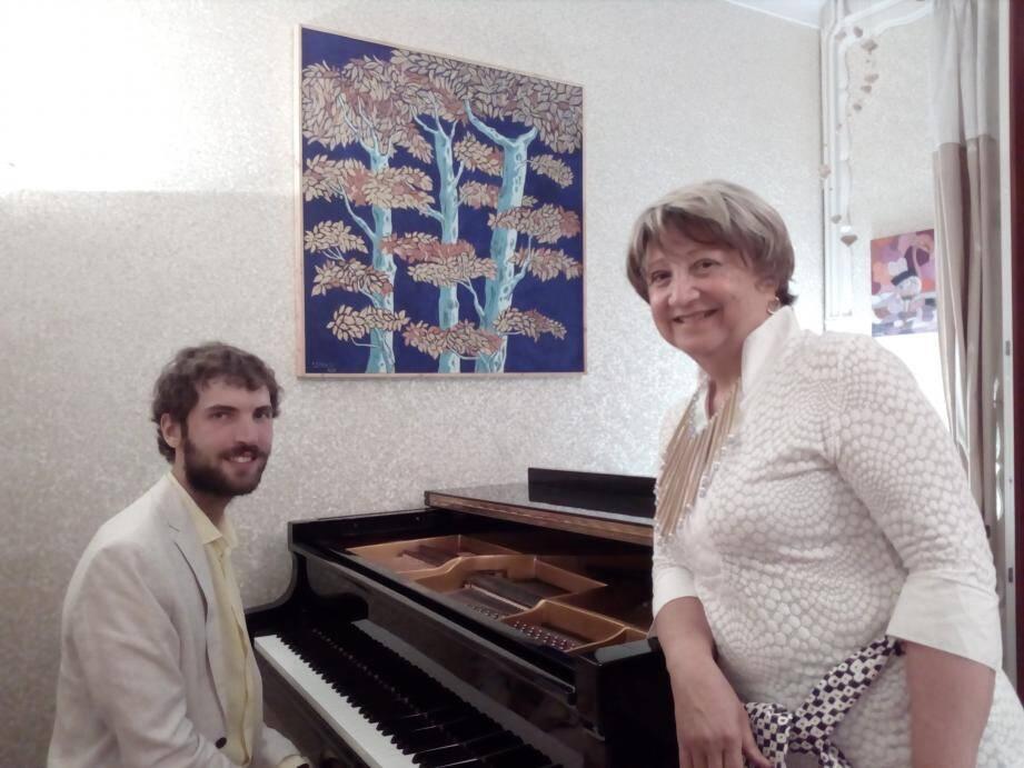 Maxime Sauze et Marie-Noelle Turcat. En arrière-plan, une des œuvres de Charles Turcat.