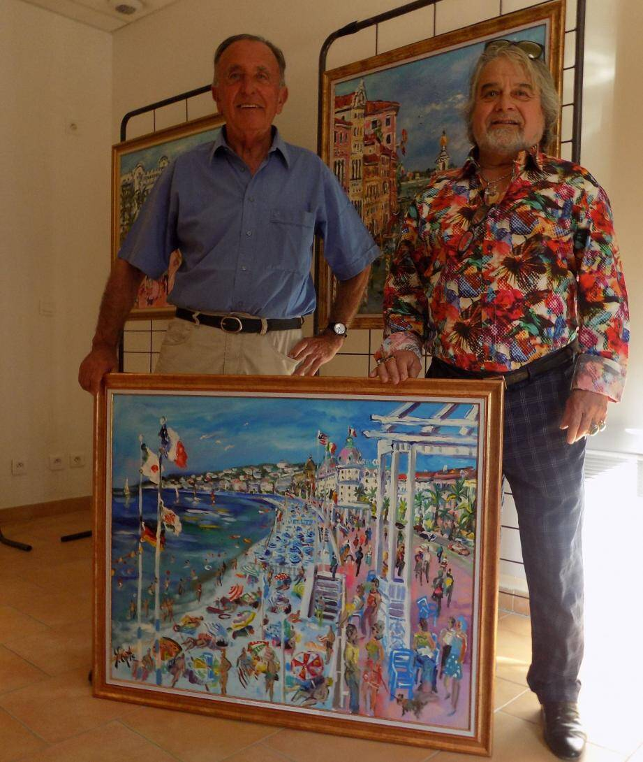 Yvon Grac (à droite) remet sa toile à la commune d'Annot représentée par son maire, Jean Ballester.