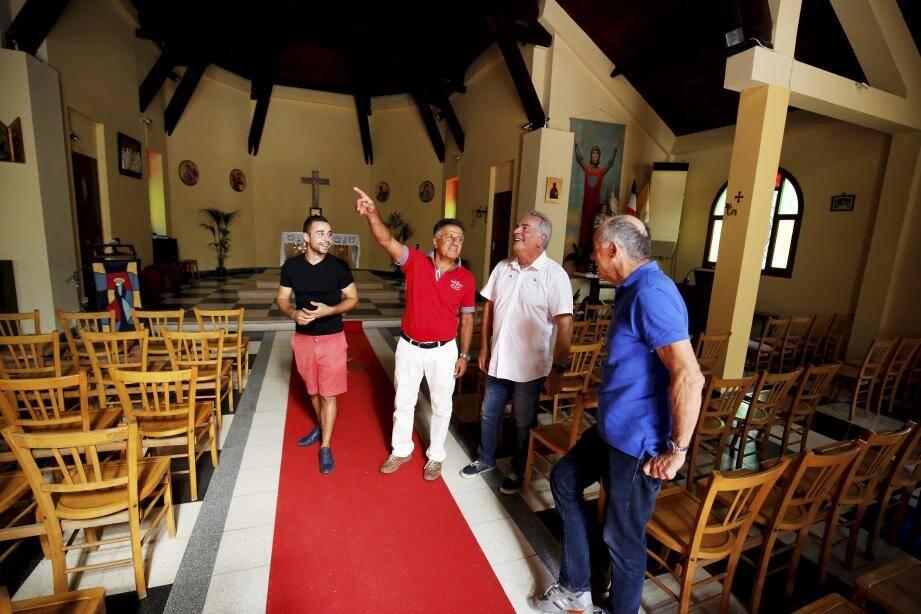 Dorian Aussel et les membres du Rotary dans la chapelle.