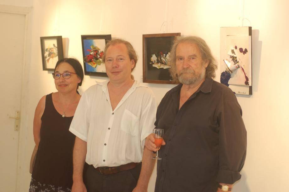Francis Puivif, lors du vernissage, avec Jean-Claude Rosier, fondateur de l'association les Peintres du Soleil, au côté de Mauricette Berhon adjointe à la Culture de Sainte-Agnès.(DR)