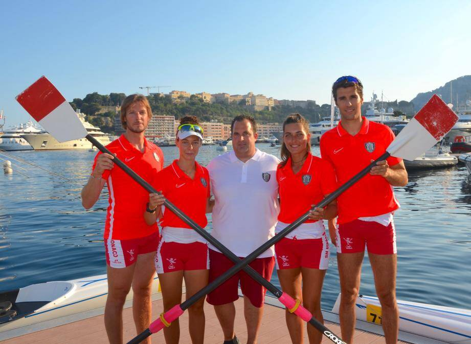Les rameurs Mathias Raymond, Clara Stefanelli, Coline Caussin-Battaglia et Maxime Maillet aux côtés de leur entraîneur François Traditi.