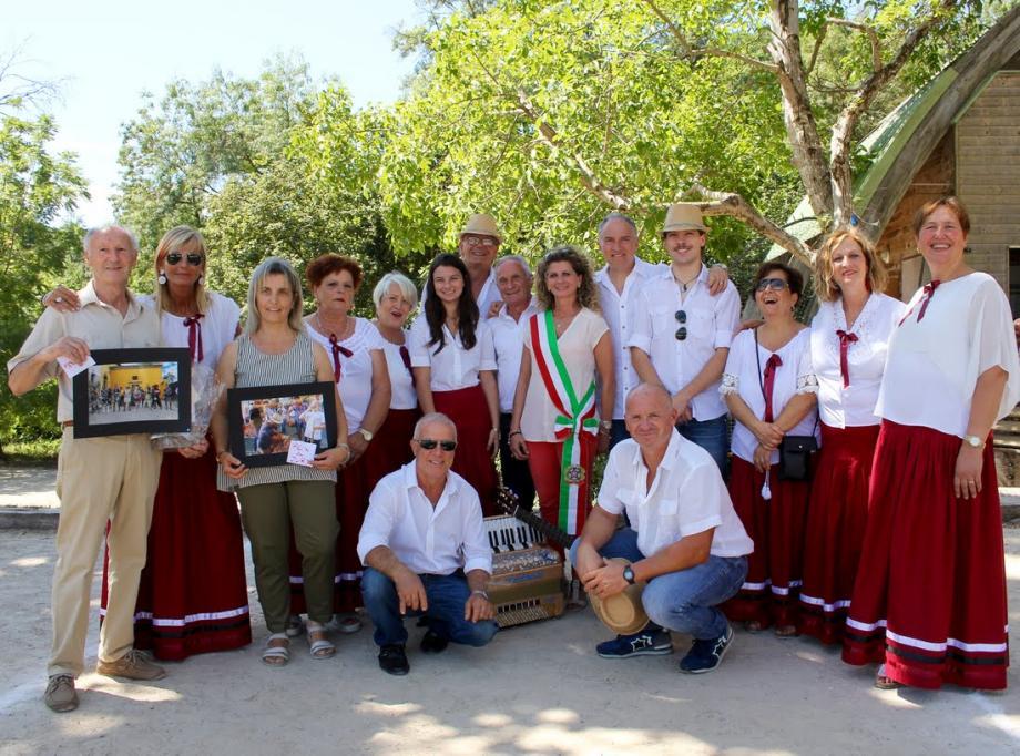 La lauréate entourée de Robert Nardi président de Ramaval, Roberta Salvadori 1re adjointe de Marti et les musiciens chanteurs Il Bruscello.