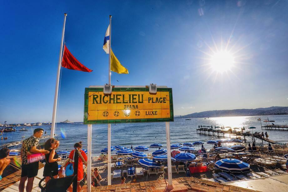 Vers 16 heures, la plage en régie Richelieu a hissé son drapeau rouge, hier.