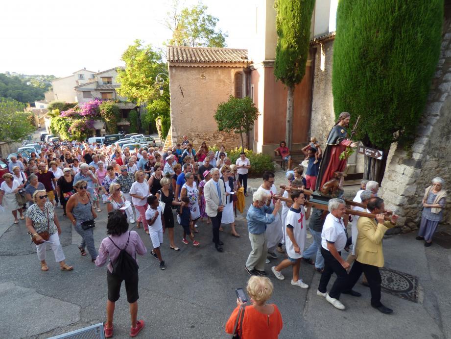 Quelque 400 Cagnois (selon la V ille) se sont mis hier sous la protection de Saint-Roch, saint patron de Cagnes, renommé pour avoir survécu à la peste.