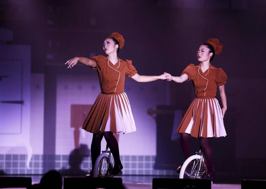 Venues du Japon, ces deux artistes excellent au monocycle.
