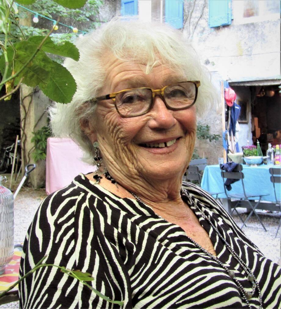 Edith Toulon-Meron dans le jardin où elle a vécu la libération du village.
