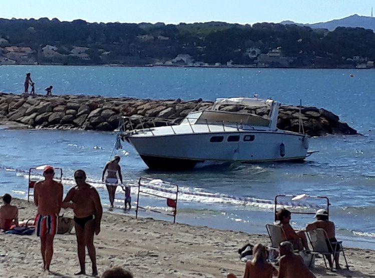 La vedette échouée sur la plage du Grand Vallat a dû être renflouée pour assurer la sécurité du lieu.