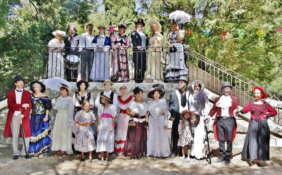 Les membres du comité des fêtes costumés de pied en cap sur le thème des années 1900, grâce au prêt de l'association « Giens 1900 ».