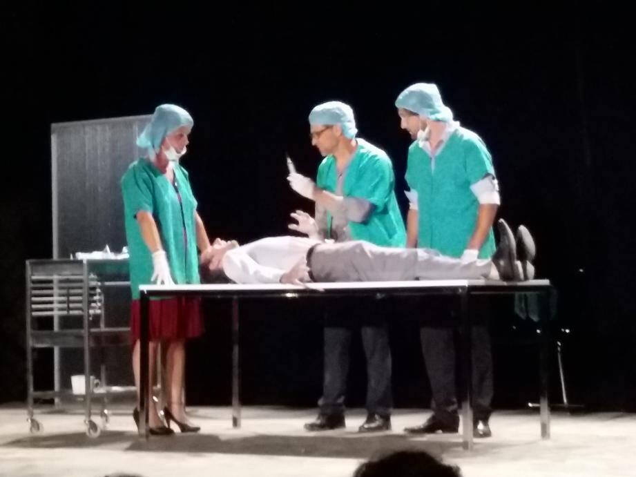 L'opération chirurgicale, élément déclencheur de la pièce.
