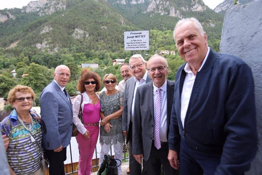 Henri Giuge (maire de St-Martin-Vésubie), Eric ciotti (député des Alpes-Maritimes), Gérard Erre (1er adjoint) et la famille Mottet sont venus inaugurer la promenade Joseph-Mottet. (DR)