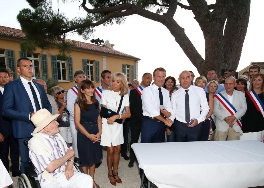 Samedi soir, à l'issue de la cérémonie de commémoration du 75e anniversaire de la libération de Bormes-les-Mimosas, François Arizzi, « honoré » de la  présence du président de la République, a remis la médaille de la Ville à  Emmanuel Macron.