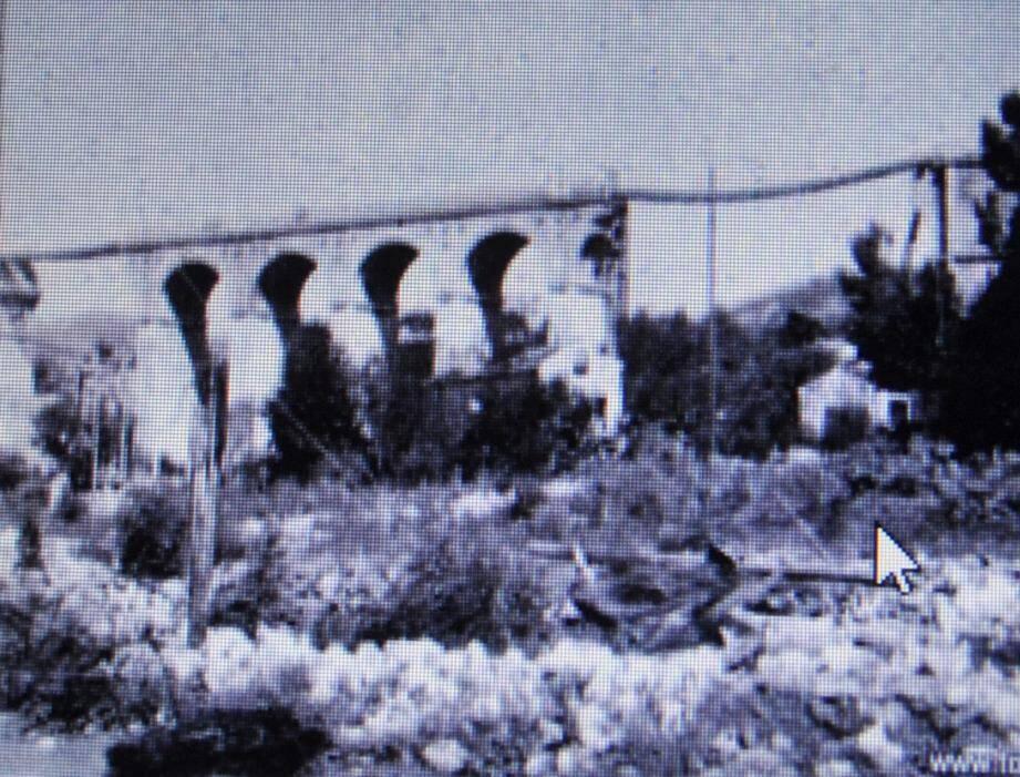 Les arches du grand pont ont été sabotées par les occupants.