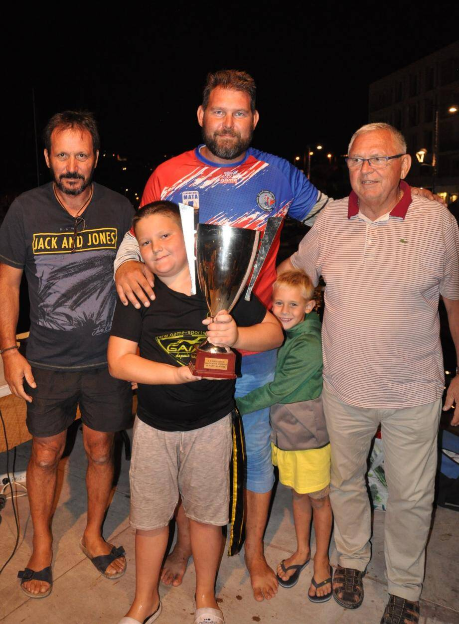 Le trophée de la Ville remis par Gilles Vincent, le maire et Franck Mussou, le président des Francs Jouteurs, aux vainqueurs Romain Vincent et Florian Denis.