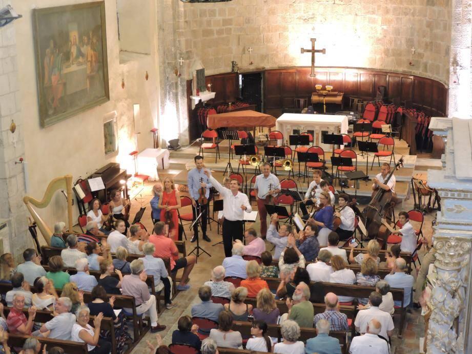James Lowe et l'orchestre de Musique cordiale ovationnés à Saint-Léger.