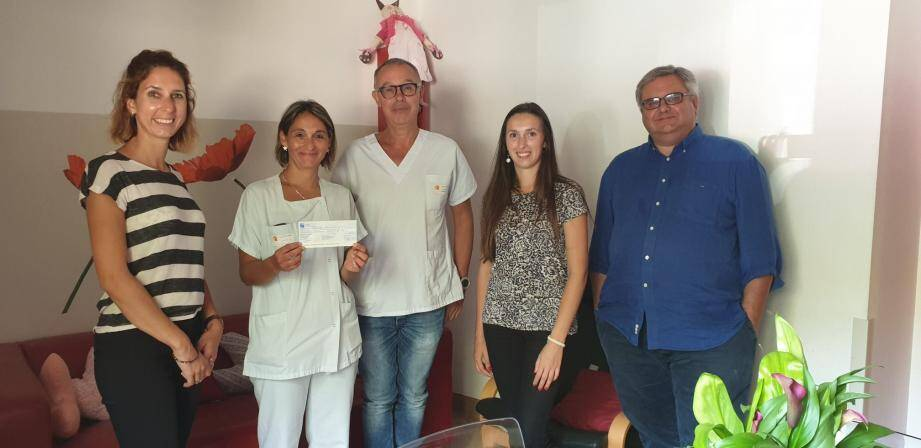 Camille Dulong (à gauche) a remis un beau chèque au docteur Codoul. Elle était entourée de Jean-Louis Demnard (à droite), très impliqué avec son magasin Intersport dans cette course caritative et d'Anne-Lise Gueny, représentant le domaine des Demoiselles.