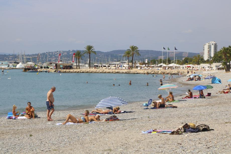Moins bondée qu'avant, la plage des Flots bleus est fréquentée par une majorité de vacanciers et quelques habitants du coin. La baignade est autorisée mais certains préfèrent prendre leur précaution.