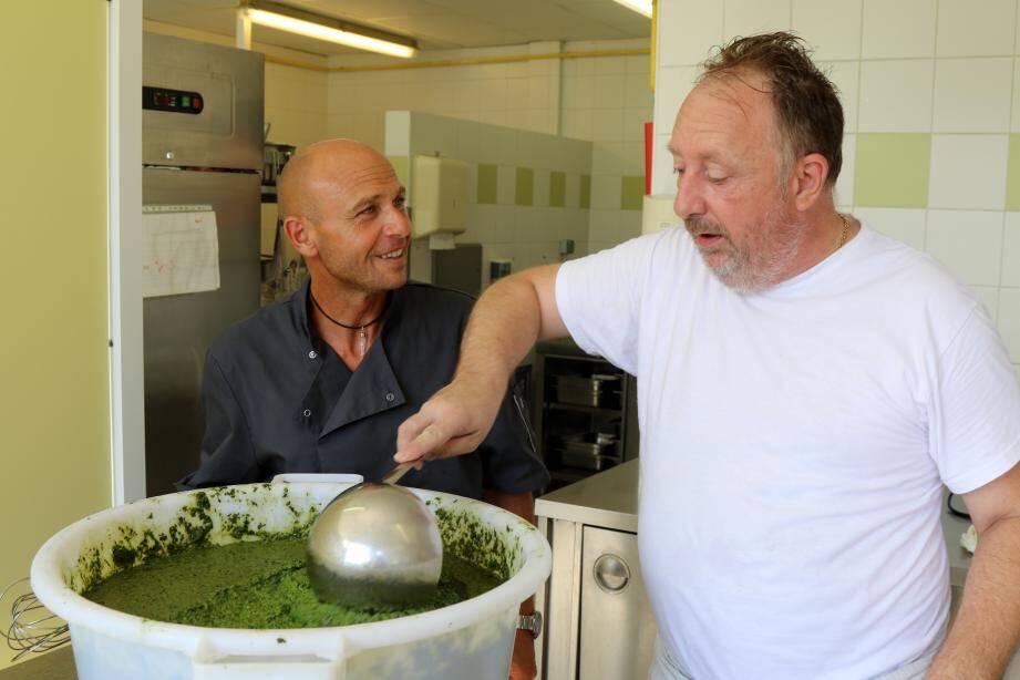 Le secret d'une bonne soupe au pistou, c'est d'abord sa « pommade  »... ou peut-être l'ordre de cuisson des légumes. Mais aussi sa durée. Bref, chacun garde son secret !