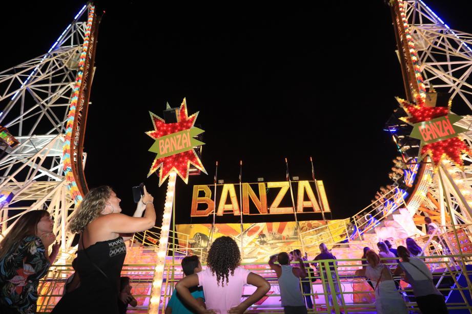 Le Banzaï, lui, est assurément l'un des manèges les plus redoutables : un U géant qui donne l'impression d'être projeté dans le ciel.