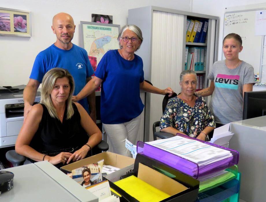 La première adjointe Nicole Schatzkine (au centre), en compagnie de l'équipe du service des affaires scolaires de la mairie.