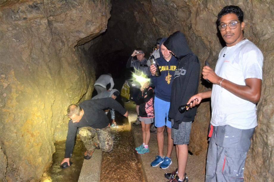 Marc Belvisi, maire de Pierrefeu, remplit sa gourde à la source, cachée dans une grotte calcaire.