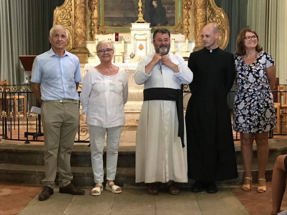 L'abbé Loiseau accueilli par Francesco Lio, Christiane Darnault, le père Hernan et Valérie Collet directrice de l'office de tourisme.