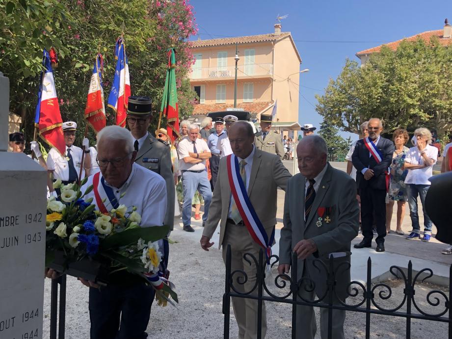Hier, les autorités civiles, militaires et religieuses ont rendu hommage à ceux qui ont participé le 23 août 1944 à la libération de Giens. Ci dessus, le maire lors du dépôt de gerbe aux côtés de Robert Millet.(Ph P.P. )