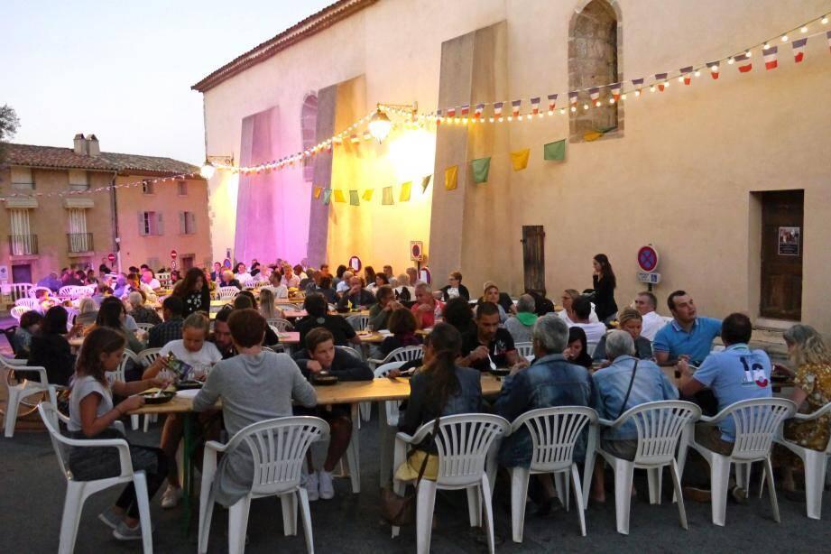 Le banquet de la soupe au pistou. Un grand moment de convivialité sur la place du village.