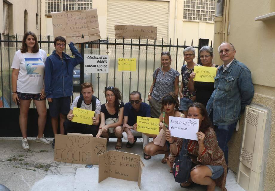 Hier, une dizaine de Niçois s'est rassemblée devant le consulat du Brésil à Nice.