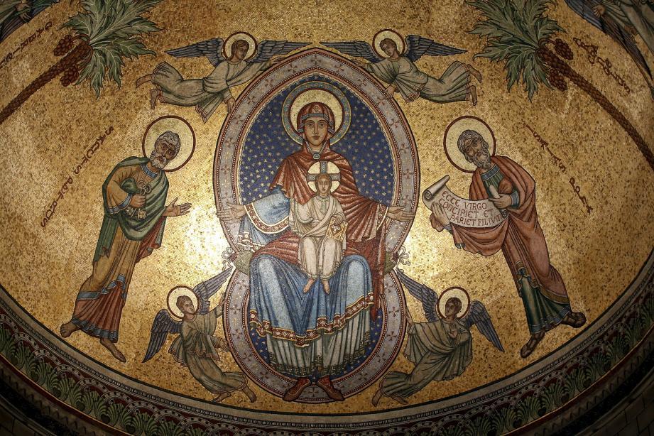 En son chœur, la coupole byzantine abrite une mosaïque étincelante de la Vierge en majesté, datée de la construction de la cathédrale, parfaitement dans le style de l'édifice.