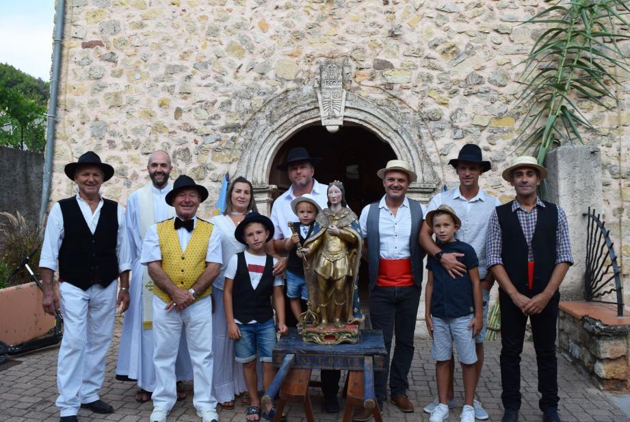 Les fidèles de la fête se sont réunis autour de leur saint à l'issue de la messe.