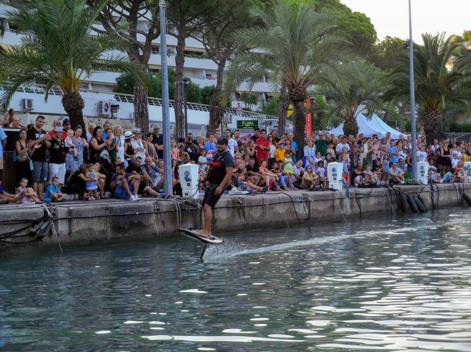 Hier, Port Marina était en fête avec, notamment différentes démonstrations sur l'eau. A droite : Sébastien Tchierna, champion du monde de jet-à-bras.